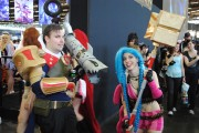 japan_expo_2015_stand_league_of_legend_riot_games_cosplay_jayce_jinx (2)