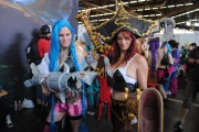 japan_expo_2015_stand_league_of_legend_riot_games_cosplay_jinx_miss_fortune_mf