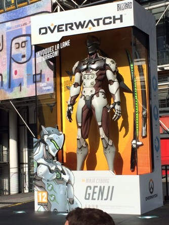 soiree_lancement_overwatch_paris_20_mai-2016-figurine_geante_genji (13)