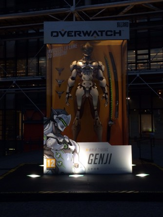 soiree_lancement_overwatch_paris_20_mai-2016-figurine_geante_genji (25)